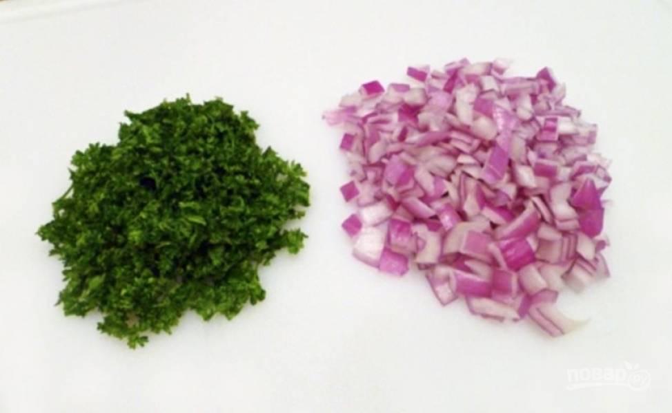 Мелко нарежьте красный лук и зелень, добавьте в салат.