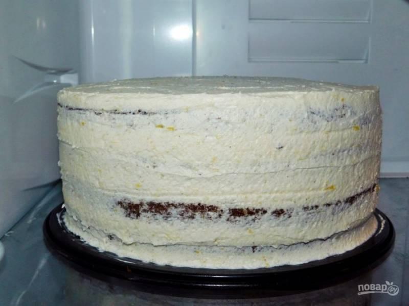 Коржи пропитывайте сладким сиропом или просто водой. Прослоите коржи кремом и соберите торт. Поставьте торт в холодильник, чтобы он застыл.