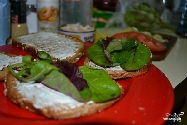 Кладем на тост немного свежей зелени (в оригинальном рецепте - руккола и мангольд, при желании можно заменить другой зеленью).