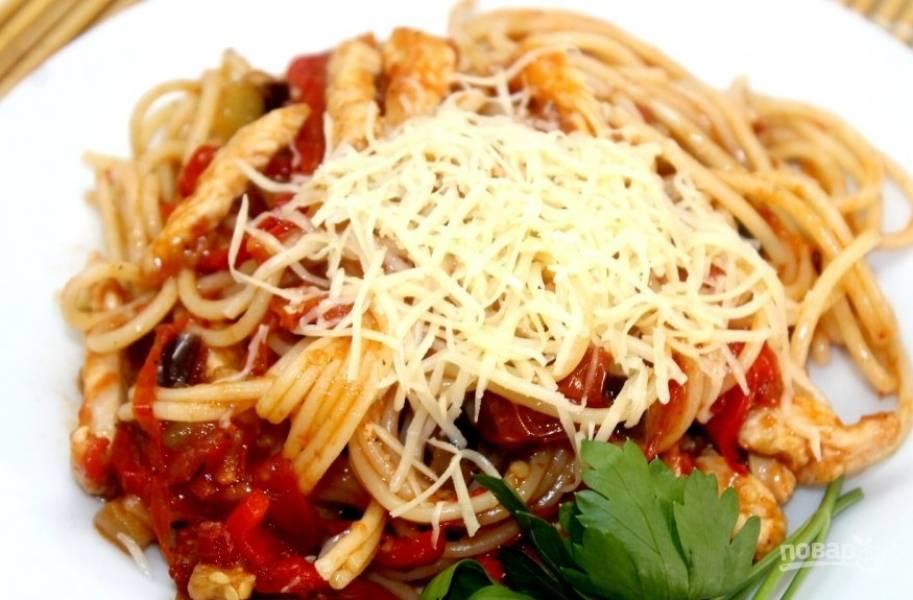 Смешайте спагетти с готовым соусом. Сверху украсьте блюдо натёртым сыром. Приятного аппетита!