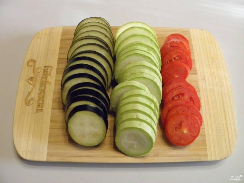 Кабачки, баклажаны и помидоры порежьте колечками одинаковой толщины, не более 5 мм.