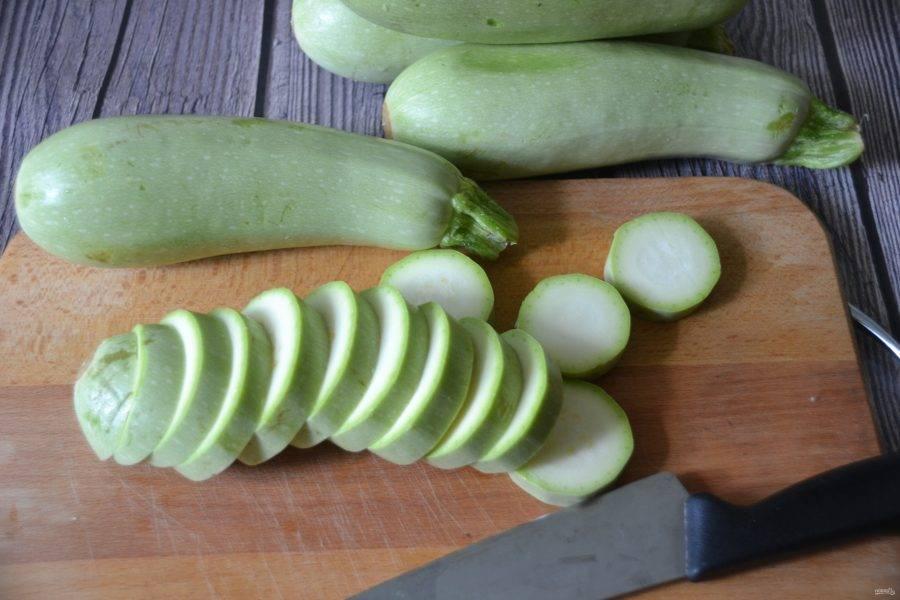 """Кабачки промойте, очистите от """"хвостиков"""", если кабачки молодые, их можно просто порезать на ломтики, у зрелых кабачков сердцевину с семенами лучше удалить."""