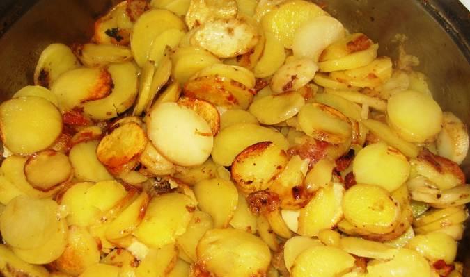 2. Рядышком в другой сковороде обжарим картошку до золотистого цвета. В самом конце солим и перчим по вкусу.