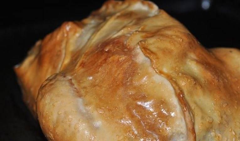 Смажьте сверху тесто взбитым яйцом и отправьте в разогретую духовку на полчаса при 200 С. Потом снизите немного температуру, еще запекайте около часа. Готовую курицу в тесте с картошкой перед подачей разрежьте. Приятного аппетита!