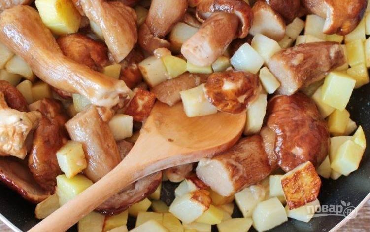 Белые грибы тщательно помойте под проточной водой, положив их в дуршлаг. Также можно замочить грибочки в воде, а затем почистить. Обсушите их, нарежьте крупными кусками и добавьте в сковородку к батату и картофелю.