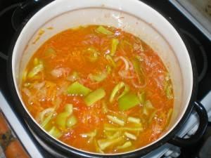 Добавьте перец, тертые помидоры варите полчаса на маленьком огне.