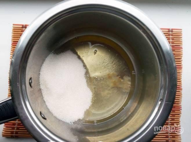 Обезжирьте емкость, где будете делать крем (например, спиртом). Подготовьте водяную баню. В обезжиренную емкость отправьте белки, сахар и ваниль.