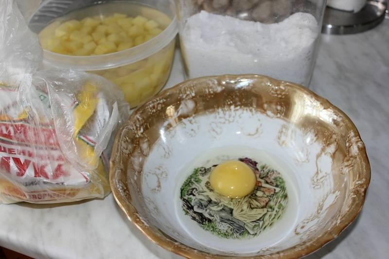"""Пусть все потихоньку кипит, а мы пока займемся тестом для """"чипеток"""". Итак, разбиваем в миску яйцо, добавляем щепотку соли."""