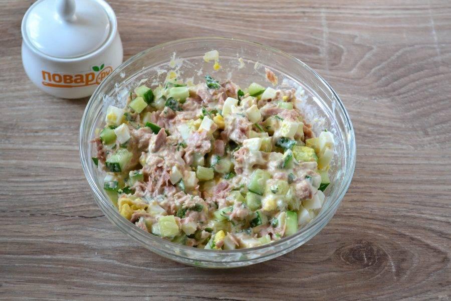 Заправьте салат майонезом.