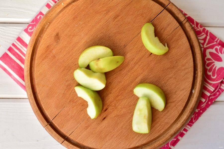 Яблоко вымойте и нарежьте на дольки.