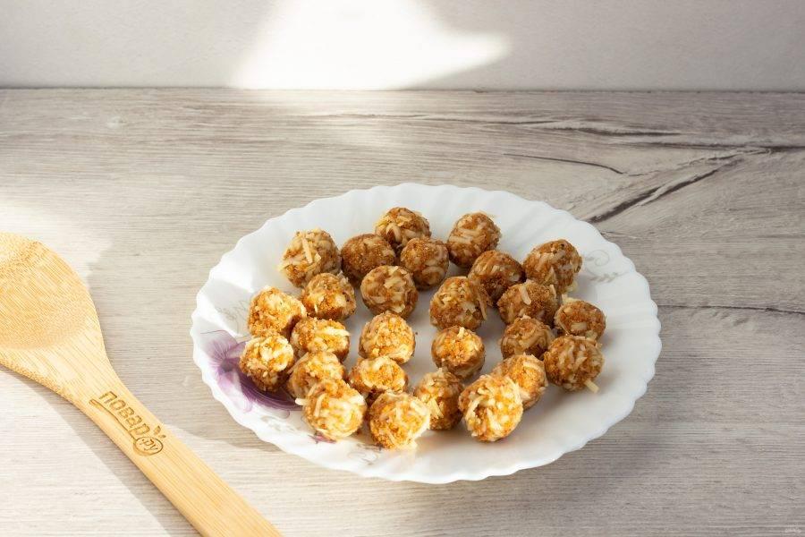 Отщипывайте небольшие кусочки сырной массы и скатывайте шарики.