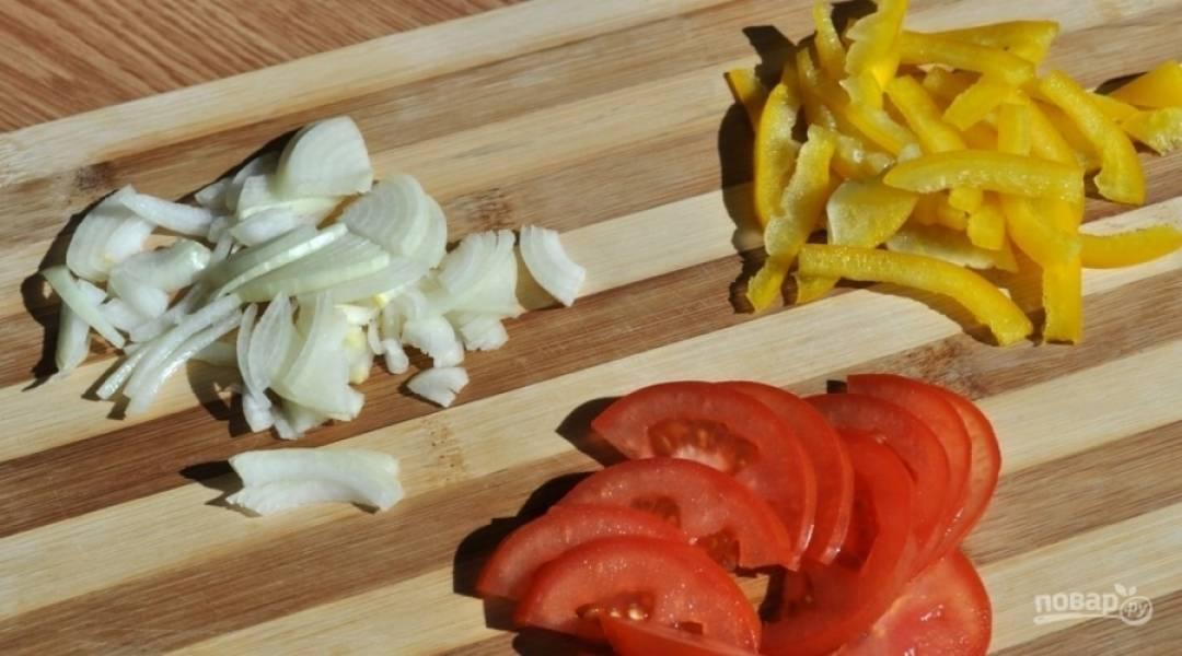 Перец и помидоры помойте. Нарежьте их средней соломкой и дольками. Лук почистите и нашинкуйте.