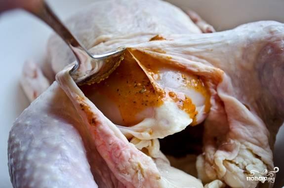 4. Остальным маринадом промажьте внутри и снаружи. Выложите курочку в мисочку и отправьте в холодильник.