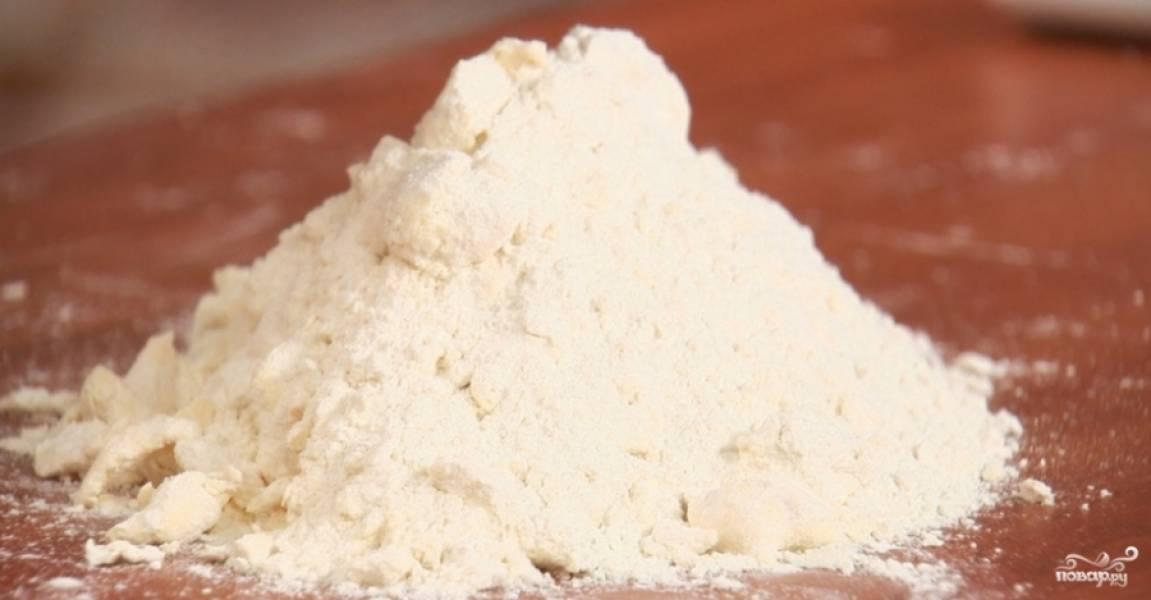 2.Соль разводим в воде и добавляем уксус, перемешиваем. Муку с маслом высыпаем на стол, внутри делаем углубление. Понемногу наливаем воду. Растираем ладонями полученную массу, каждый раз собирая массу в кучу.
