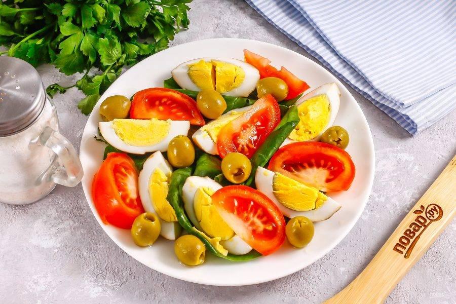 Выложите между нарезок оливки без косточек или замените их маслинами без косточек.