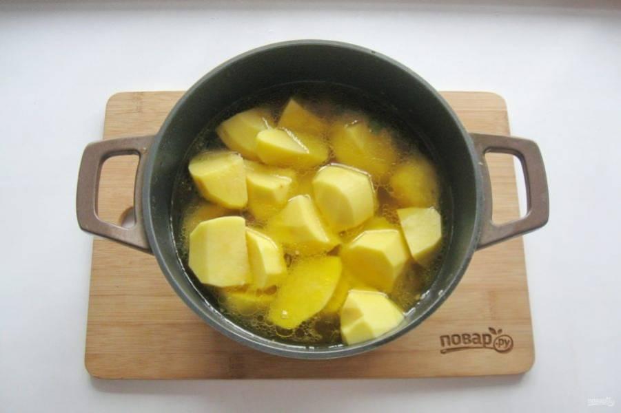 Картошку очистите, помойте и нарежьте как можно крупнее. Добавьте в казан с мясом.