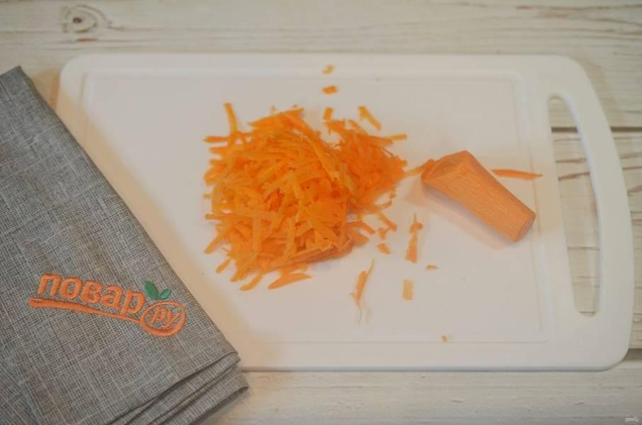 5. Морковь почистите и натрите на терке.
