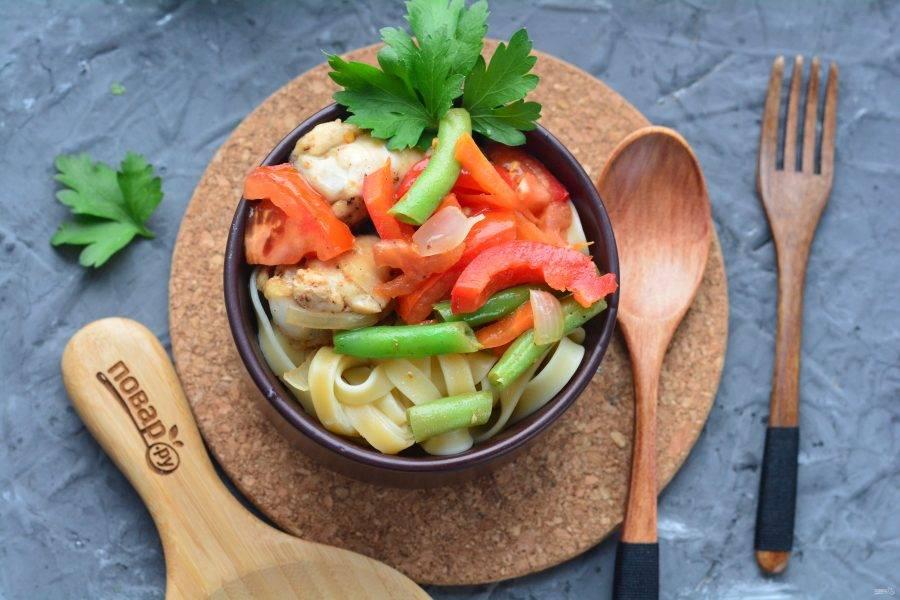 При подаче выложите лапшу в глубокую пиалу или тарелку, сверху выложите сочные овощи с мясом и бульоном. Приятного аппетита!