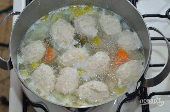 Варите муссовые шарики до тех пор, пока мясо не посветлеет и станет упругим. Приятного аппетита!