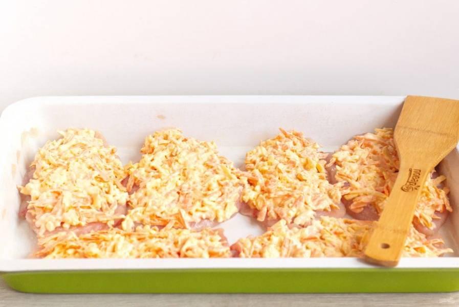 На филе выложите морковно-сырную массу и поставьте запекаться на 40-45 минут в духовку, при температуре 180 градусов.