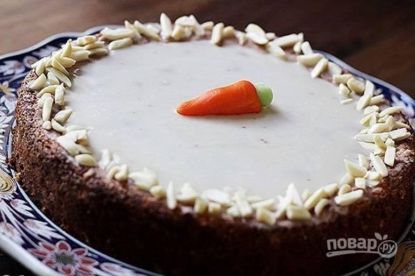 6. Готовой глазурью полейте тортик, оставьте его на часик перед подачей. Украсить дополнительно его можно орешками, а также морковками, сделанными из марципана или мастики.  Приятного чаепития!