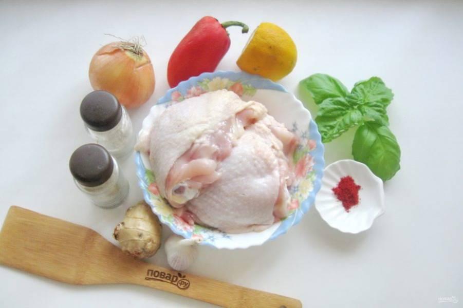 Подготовьте ингредиенты для приготовления куриных бедер.