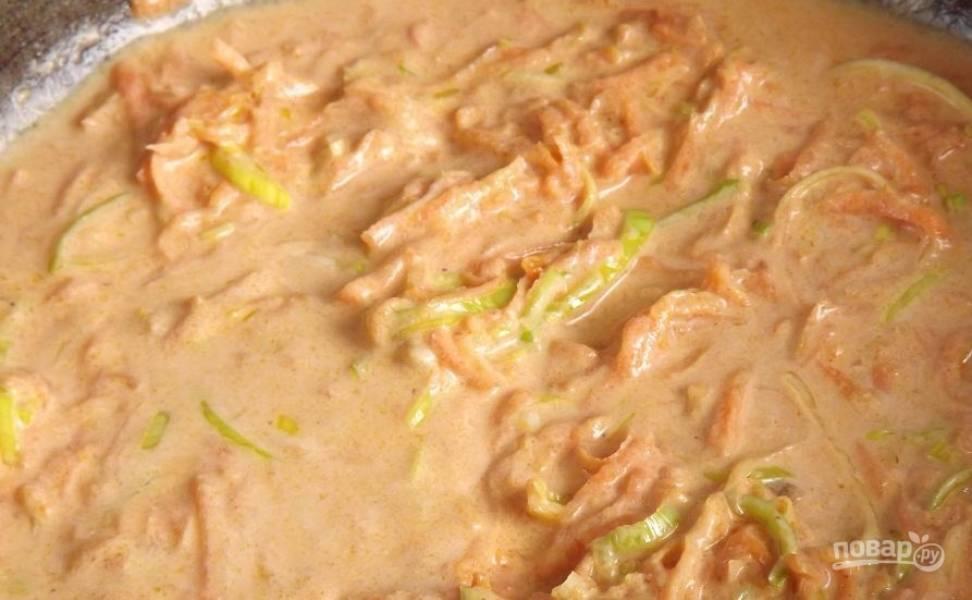 Для соуса в сковороде, в которой жарились голубцы, пассеруйте натертую на терке морковь, добавьте соль, специи, томатную пасту, сметану, воду и тушите десять минут. В конце добавьте зеленый лук.