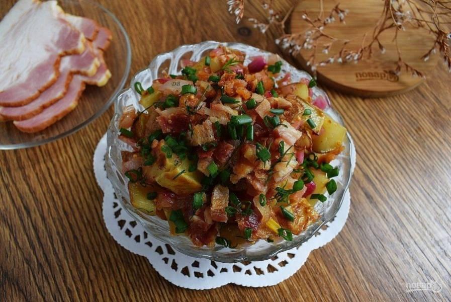 Залейте заправкой картофель, добавьте измельченный укроп, бекон и перемешайте, дайте настояться минут 15. Подавайте к столу.
