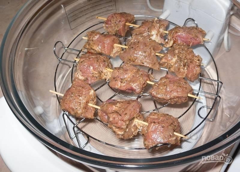 4.Предварительно включите аэрогриль на 200 градусов и прогрейте его 10 минут, затем откройте крышку и оставьте так на 3-5 минут. Установите решетку в аэрогриль, чтобы мясо не касалось стенок.