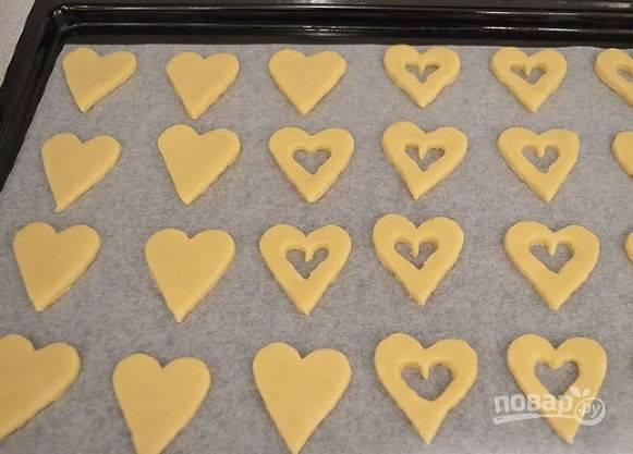 Пока готовое печенье остывает, смешайте джем с ликером.