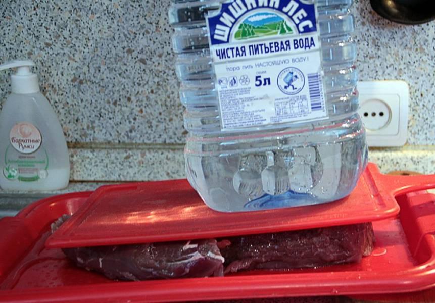Затем мясо достали и промыли. Можно еще придавить чем-то и под углом поставить, чтобы вода стекла.