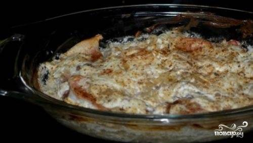 Выкладываем поджаренные кусочки угря в посуду, в которой будем его запекать. На слой угря выкладываем лук, зелень, заливаем соусом сметана+хрен и посыпаем тертым сыром. Ставим в нагретую до 180 градусов духовку на 30 минут.