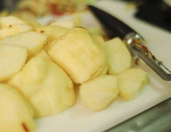 1. С этим рецептом все довольно просто. Для начала нужно вымыть яблоки, удалить косточки, сердцевину и очистить их от кожицы. Нарезать средними кусочками.