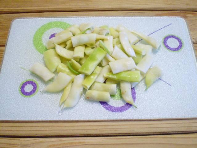 2. Фасоль порежьте на кусочки. В рагу с фасолью можно использовать несколько видов фасоли: стручковую свежую или свежемороженую, фасоль отварную или консервированную.