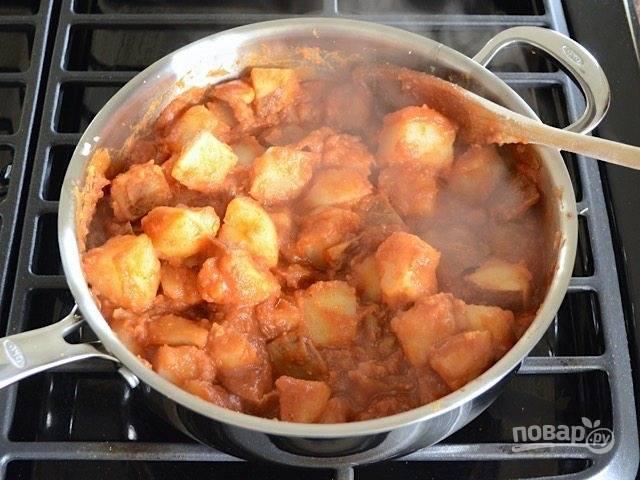 6.Добавьте в сковороду с разогретым томатным соусом картофель. Если смесь слишком густая, то добавьте 1-2 столовых ложки воды.