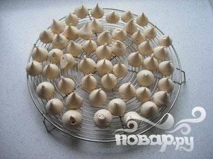 Подготовить безе из яичных белков и 100 г сахарной пудры. Сделать формы, размером с клубнички. Испечь.