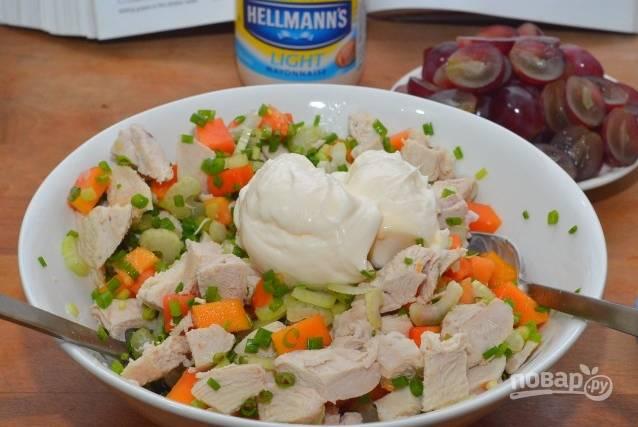 8.Перемешиваю все составляющие в салатнике, а затем добавляю отварную курицу. Заправляю салат низкокалорийным майонезом (30% жирности).
