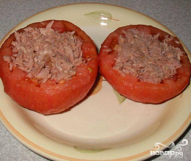 4.Сделать пюре из тунца и положить по ложке в каждый помидор. Когда томатный соус будет готов, полить им каждый из помидоров. Выложить их на противень и поставить на средний гриль на 12 минут.