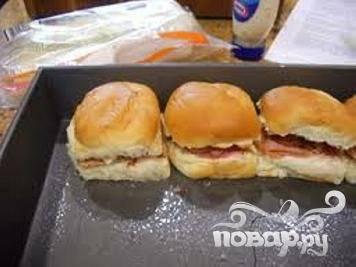 3.Выложить булочки на противень. Перед отправкой их в духовку приготовить соус из всех ингредиентов, кроме зерен мака.