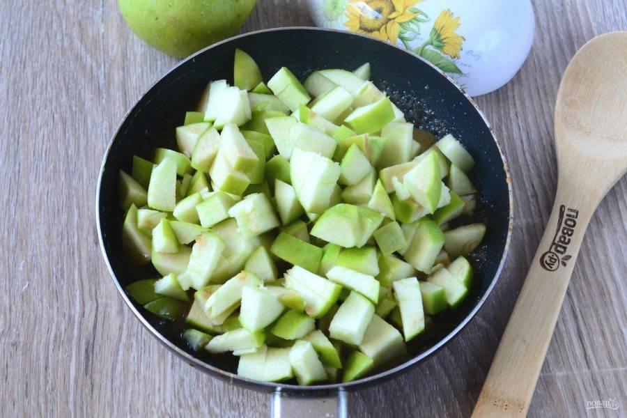 Яблоки нарежьте небольшими кубиками. Если кожица у яблок не слишком твердая, то их можно не очищать, в противном же случае лучше кожицу снять, так начинка получится нежнее. Отправьте яблоки в сковороду к ароматному соусу и перемешайте.