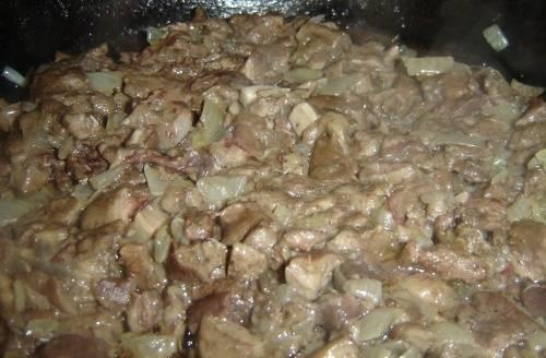 4. В середине жарки отправляем мелко нарезанный лук к нашим грибам и жарим их до готовности.  Затем накрываем крышкой и тушим еще около 10 минут.