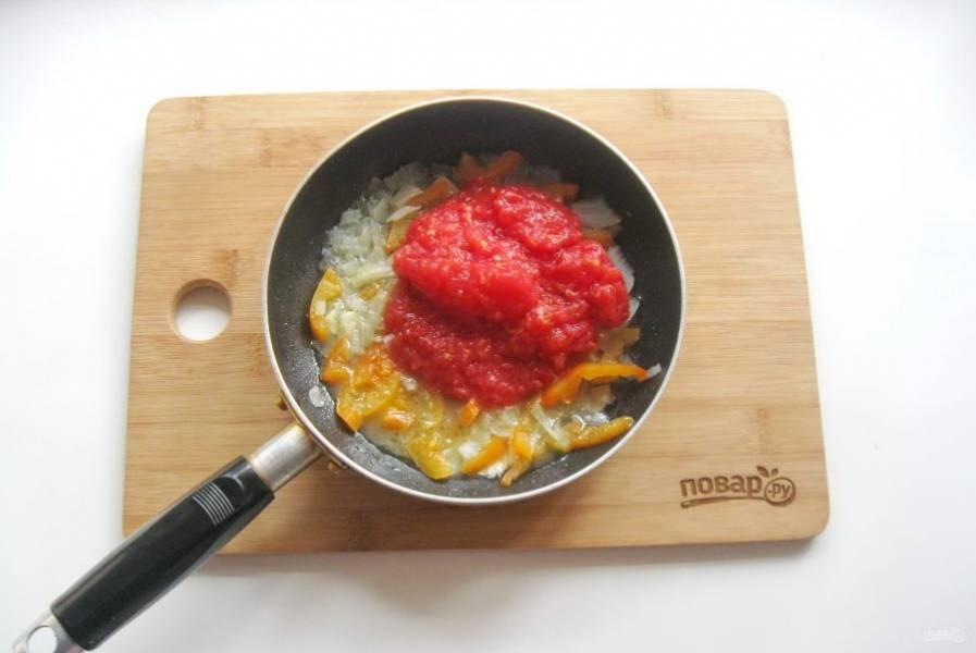 Помидоры измельчите любым способом и добавьте к луку, чесноку и перцу.