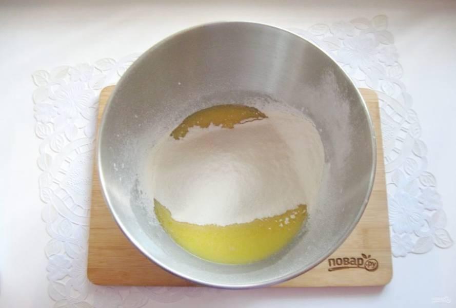 Всыпьте просеянную муку и соль.
