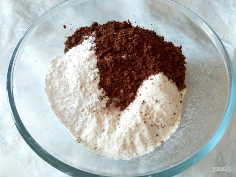 На следующем этапе соедините в глубокой миске все сухие компоненты, кроме сахара. Муку и какао следует предварительно просеять.