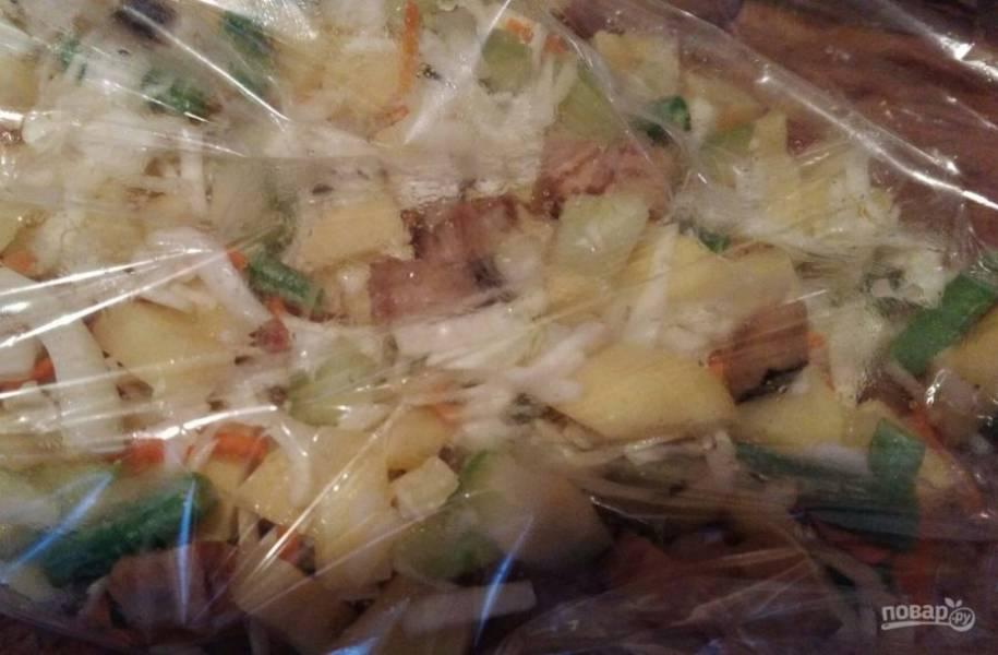 4. Распределите все овощи равномерно по рукаву. Завяжите рукав с одной стороны, затем вложите рыбу и завяжите с другой стороны.