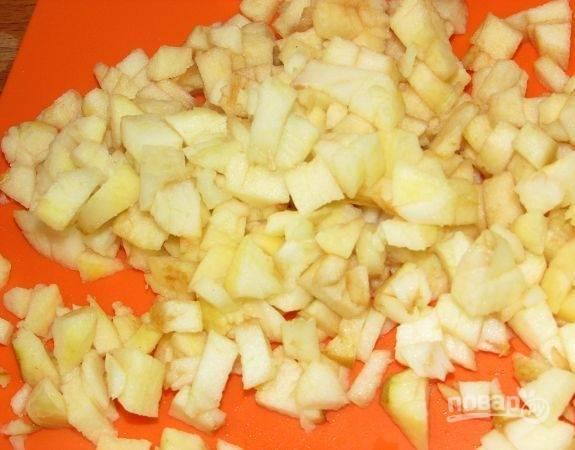 Яблоки промойте, почистите и мелко нашинкуйте.