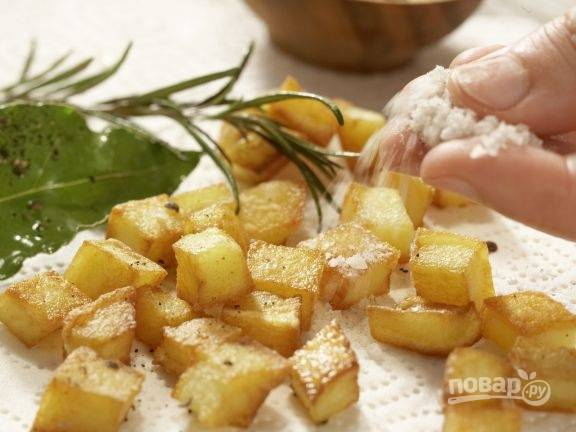 Картошку посолите и поперчите.