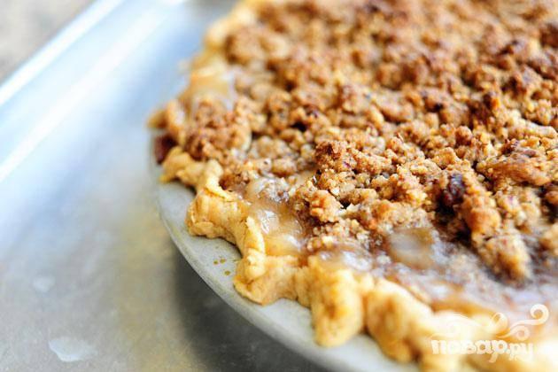 6. Вынуть пирог из духовки. Дать немного остыть. Подавать со взбитыми сливками или мороженым.