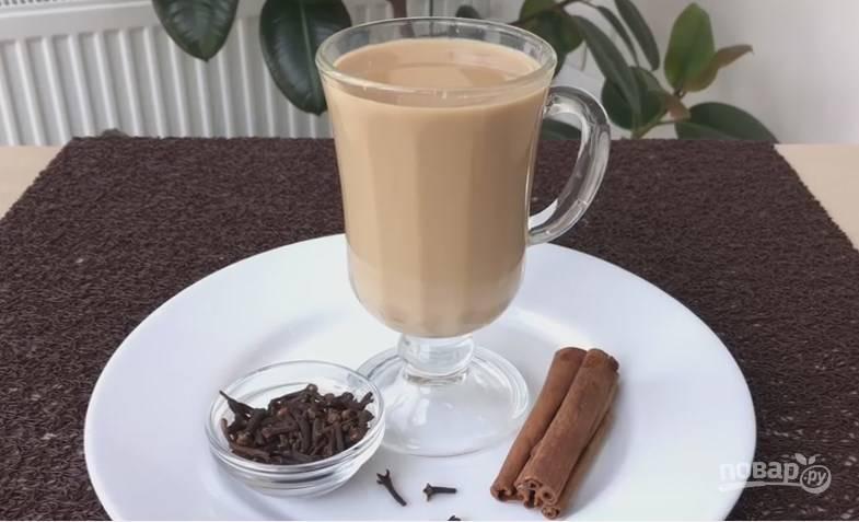 6. Просейте чай через мелкое сито — и можете подавать его к столу. Сахар, если нужно, добавьте по вкусу :)