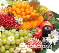 1. Помойте и хорошо отряхните от воды все фрукты. Слейте сок с ананасов, все фрукты очистите, порежьте на небольшие кусочки и дольки. Виноград разберите на отдельные ягоды.